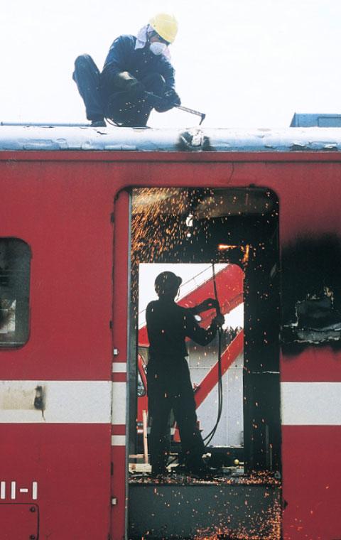 列車車輌の解体作業